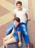 Adolescencias hermosas jovenes lindas que se sientan en ciudad cerca de universidad después Fotos de archivo