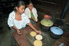 Adolescencias indias guatemaltecas que preparan las tortillas Fotos de archivo libres de regalías
