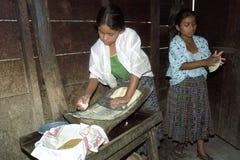 Adolescencias indias guatemaltecas que preparan las tortillas Foto de archivo libre de regalías