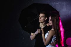 Adolescencias jovenes de los pares con el paraguas negro Fotos de archivo libres de regalías