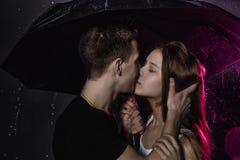 Adolescencias jovenes de los pares con el paraguas negro Fotografía de archivo libre de regalías