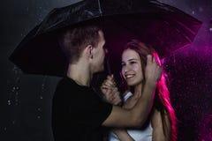 Adolescencias jovenes de los pares con el paraguas negro Fotografía de archivo