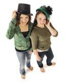 Adolescencias jovenes que se divierten los sombreros de antaño Foto de archivo