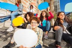 Adolescencias lindas con las burbujas vacías coloridas del discurso Fotografía de archivo