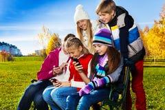 Adolescencias ocupadas con los artilugios Foto de archivo libre de regalías