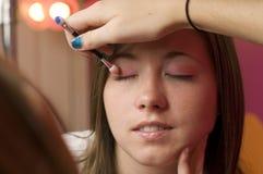 Adolescencias que aplican maquillaje Foto de archivo