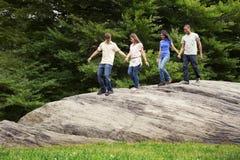 Adolescencias que caminan junto en parque Fotografía de archivo