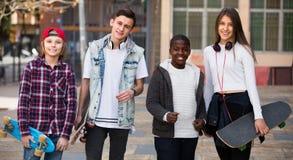 Adolescencias que charlan cerca de las bicis Foto de archivo libre de regalías