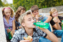 Adolescencias que comen los emparedados Fotografía de archivo