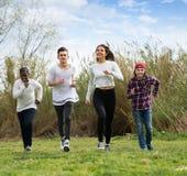Adolescencias que corren en parque de la primavera Fotografía de archivo