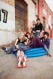 Adolescencias que cuelgan hacia fuera en callejón Foto de archivo libre de regalías