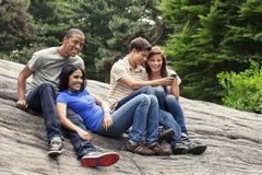 Adolescencias que cuelgan hacia fuera junto foto de archivo libre de regalías