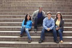 Adolescencias que cuelgan hacia fuera junto Fotos de archivo