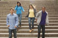 Adolescencias que cuelgan hacia fuera junto Fotos de archivo libres de regalías
