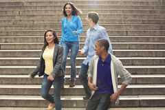 Adolescencias que cuelgan hacia fuera junto Foto de archivo