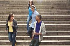 Adolescencias que cuelgan hacia fuera junto Imagenes de archivo