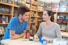 2 adolescencias que embalan el regalo social del juego en tienda del juego Fotografía de archivo libre de regalías
