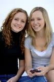 Adolescencias que envían el mensaje de texto Fotografía de archivo
