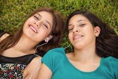 Adolescencias que escuchan la música Foto de archivo libre de regalías