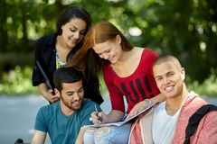 Adolescencias que estudian afuera Fotos de archivo libres de regalías
