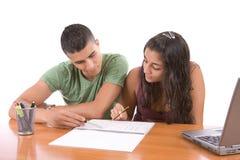 Adolescencias que estudian junto Imágenes de archivo libres de regalías