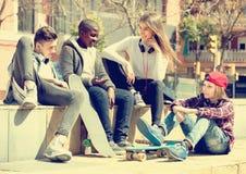 Adolescencias que gastan el togethe del tiempo en día soleado Fotografía de archivo libre de regalías