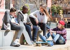 Adolescencias que gastan el togethe del tiempo en día soleado Imagenes de archivo