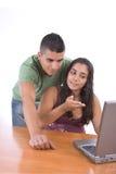 Adolescencias que gozan con una computadora portátil Foto de archivo