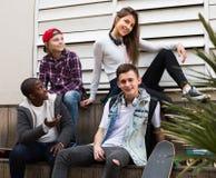 Adolescencias que hablan en día soleado Fotos de archivo