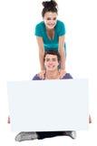 Adolescencias que hacen publicidad de la cartelera en blanco blanca Fotografía de archivo