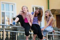 Adolescencias que invitan a los teléfonos móviles Fotografía de archivo libre de regalías