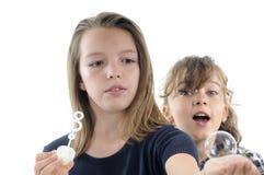 Adolescencias que juegan con las burbujas del champú Foto de archivo libre de regalías