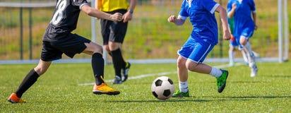 Adolescencias que juegan el partido de fútbol del fútbol Imagen de archivo libre de regalías