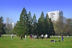 Adolescencias que juegan en parque urbano Fotografía de archivo
