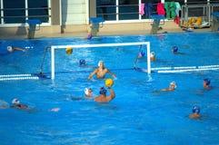 Adolescencias que juegan water polo Imagen de archivo libre de regalías