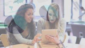 Adolescencias que leen en una tableta