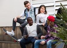 Adolescencias que pasan el tiempo junto en día soleado Fotos de archivo