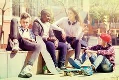 Adolescencias que pasan el tiempo junto en día soleado Imagen de archivo