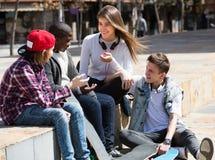 Adolescencias que pasan el tiempo junto en día soleado Fotos de archivo libres de regalías
