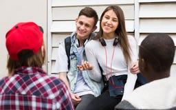 Adolescencias que pasan el tiempo junto en día soleado Imagenes de archivo
