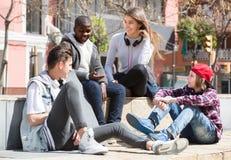 Adolescencias que pasan el tiempo junto en día soleado Foto de archivo libre de regalías