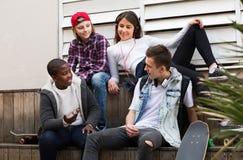 Adolescencias que pasan el tiempo junto en día soleado Fotografía de archivo libre de regalías