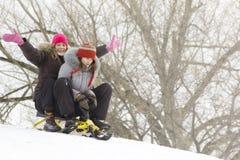 Adolescencias que resbalan en nieve Fotos de archivo