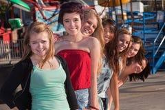 Adolescencias que se colocan detrás de uno a Fotos de archivo