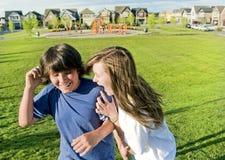 Adolescencias que se divierten afuera en verano Imagen de archivo libre de regalías