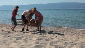 Adolescencias que se divierten en la orilla del lago almacen de video