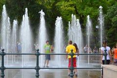 Adolescencias que se divierten en una fuente del parque Fotografía de archivo