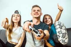 Adolescencias que se divierten que juega al videojuego Fotografía de archivo