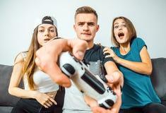 Adolescencias que se divierten que juega al videojuego Fotos de archivo