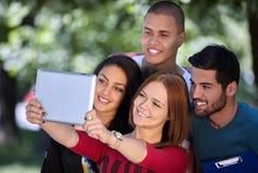 Adolescencias que se divierten y que cuelgan hacia fuera afuera Imagenes de archivo